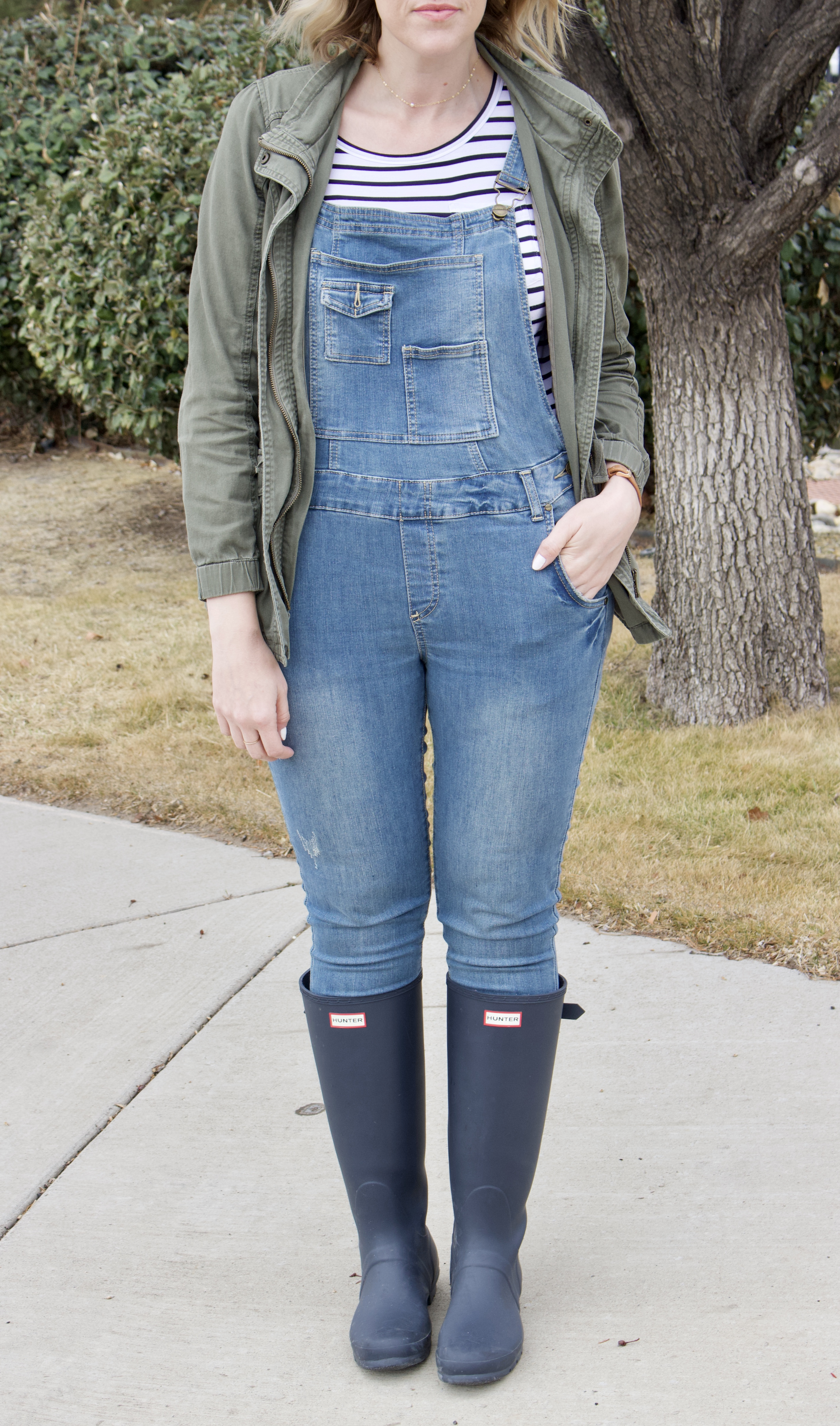 overalls hunter boots outfit #overallsforwomen #curvyfashion #hunterboots