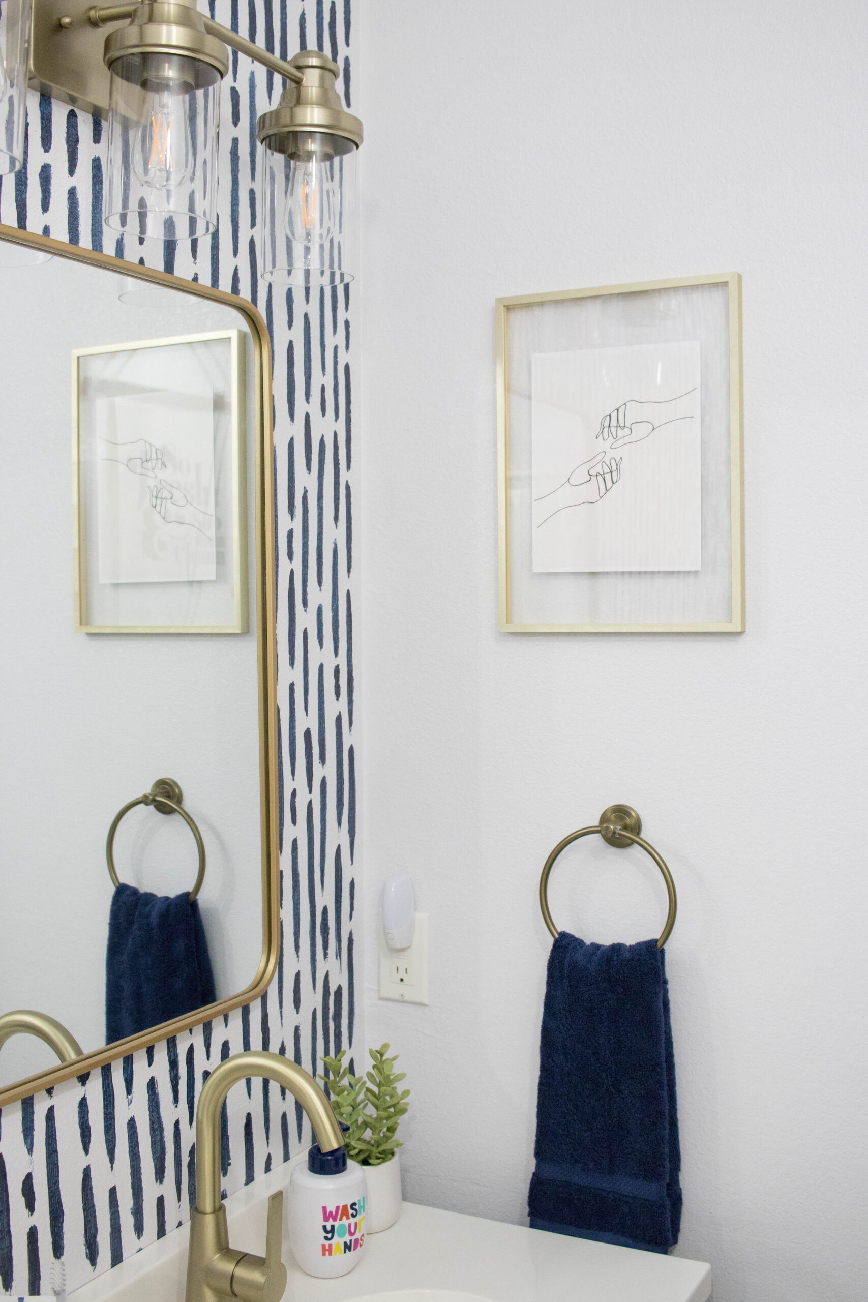 navy and gold guest bathroom #golddecor #goldaccents #bathroomdecor