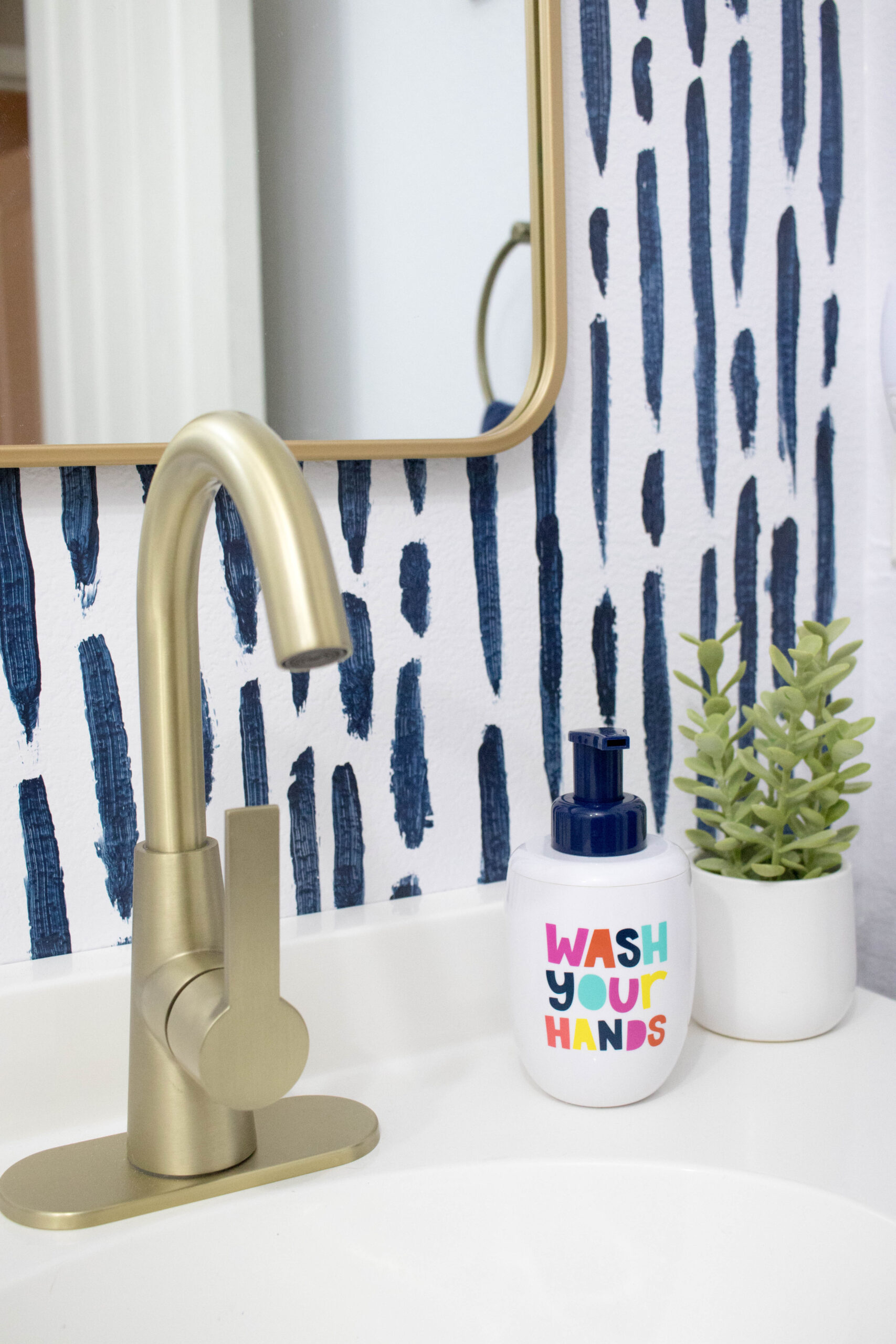 gold and navy bathroom #goldaccent #diybathroom #bathroomdecor